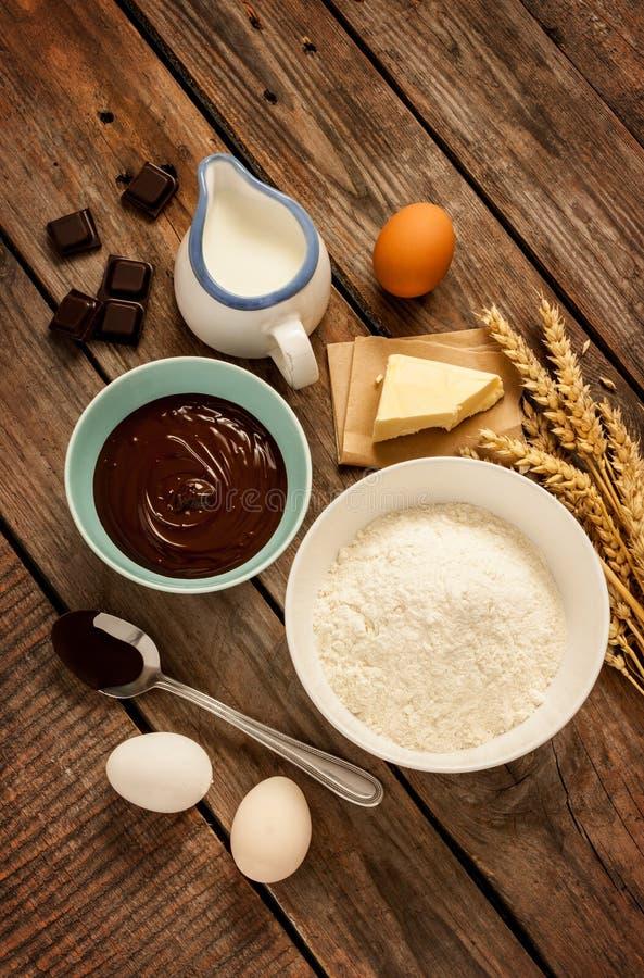 Wypiekowy czekoladowy tort - przepisów składniki na rocznika drewnie zdjęcia stock