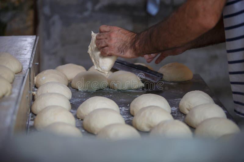Wypiekowy Gruziński chleb w glinianym piekarnika tandoor zdjęcie royalty free
