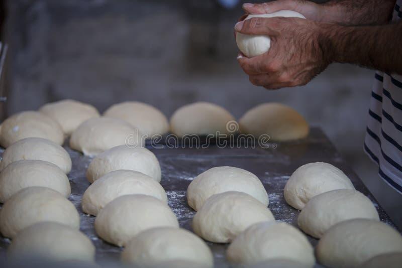 Wypiekowy Gruziński chleb w glinianym piekarnika tandoor zdjęcia royalty free