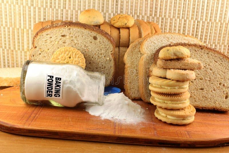 Wypiekowy proszek w szklanym słoju z ciastkiem i chlebem zdjęcia stock