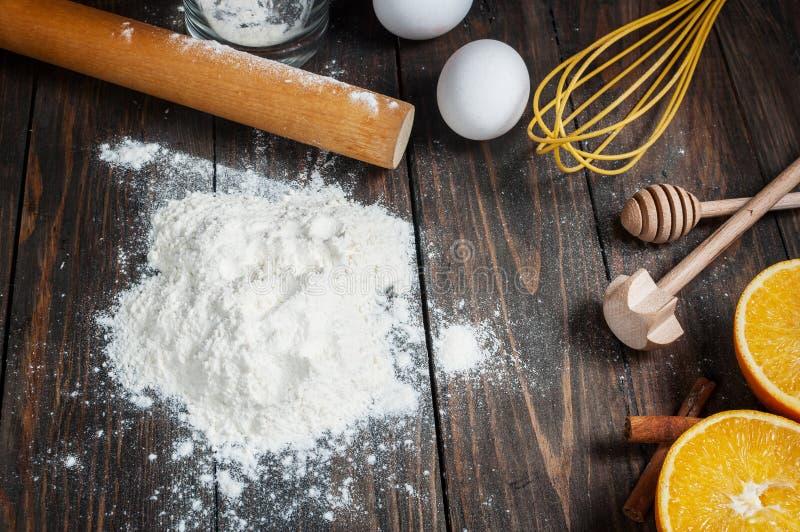 Wypiekowy tort w wiejskiej kuchni - ciasto przepisu składniki na rocznika drewnianym stole od above fotografia stock