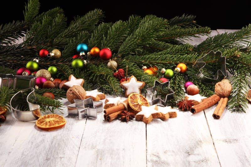 wypiekowych bożych narodzeń ciastek kierowa księżyc kształtów gwiazda Typowy cynamon gra główna rolę piekarnię dla xmas z składni obraz royalty free