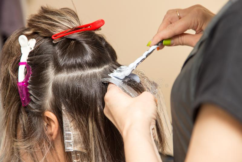 Wyplata włosy w piękno salonie zdjęcie stock