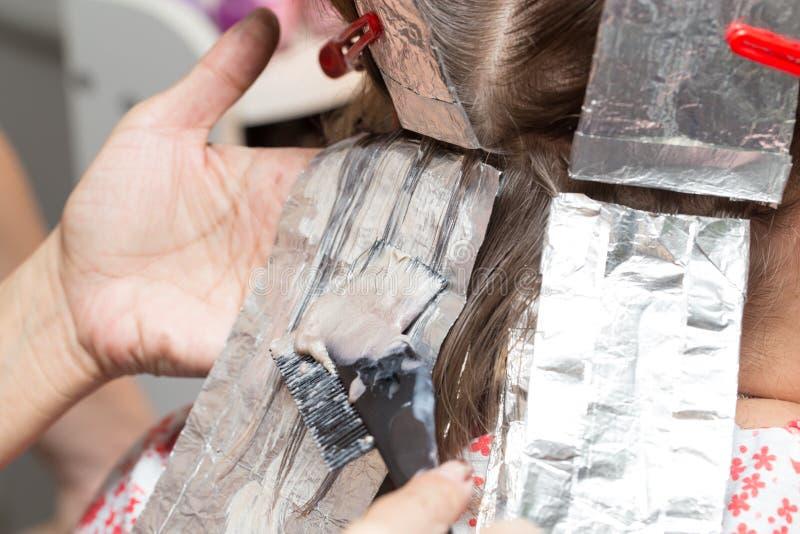 Wyplata włosy w piękno salonie zdjęcia stock