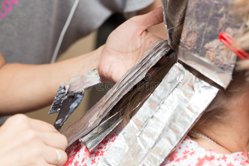 Wyplata włosy w piękno salonie fotografia royalty free