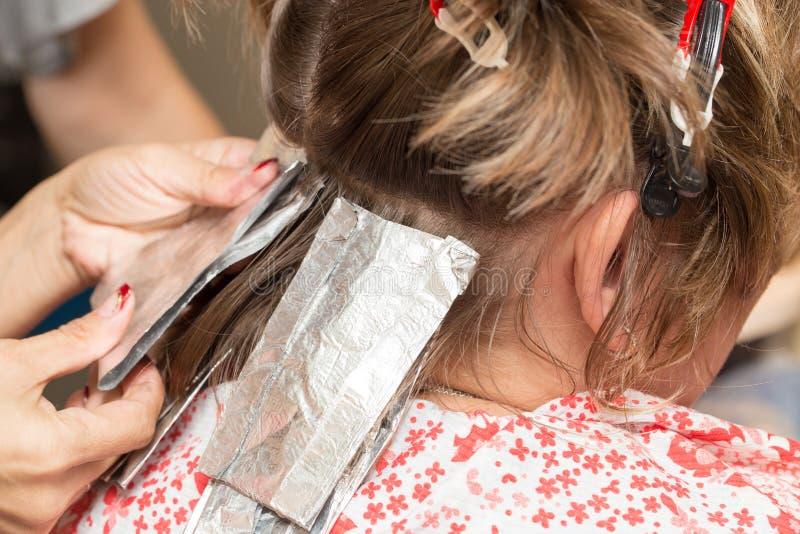 Wyplata włosy w piękno salonie obraz stock