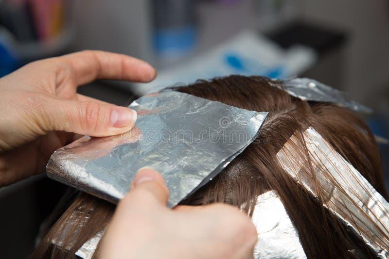 Wyplata włosy w salonie obraz stock