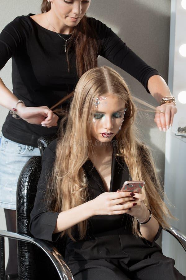 Wyplata warkocz dziewczyny w włosianym salonie zdjęcia stock
