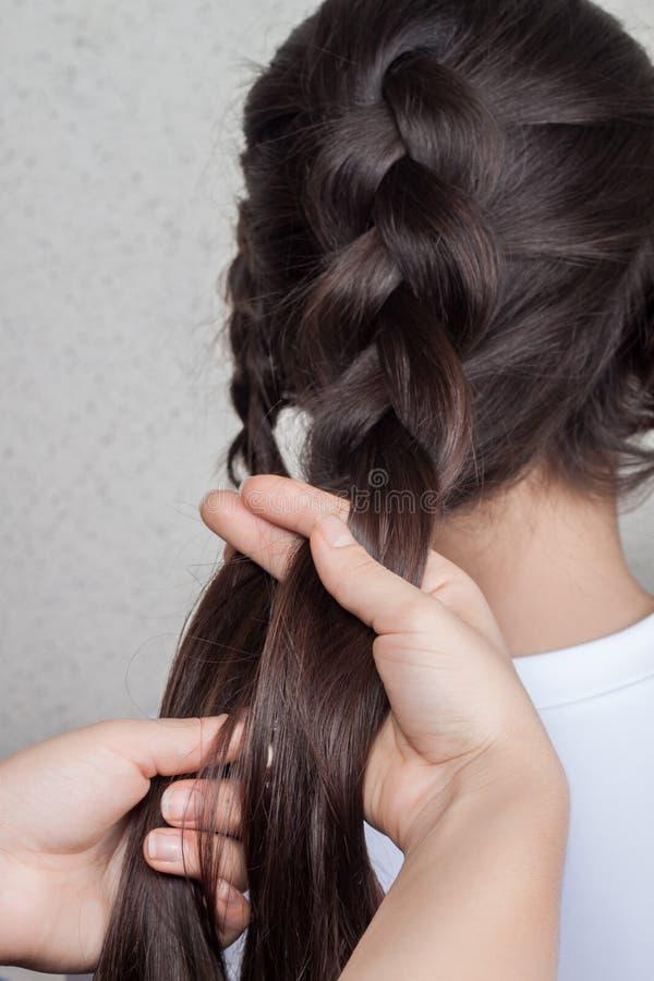 Wyplata warkocz dziewczyny w włosianym salonie zdjęcie royalty free