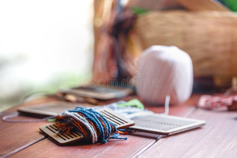 Wyplatająca bawełna jest ludowym mądrością Przyrząd składać się z tkactwo wahadłowiec, ręki krosienko, tkacz delikatny wzór obraz royalty free