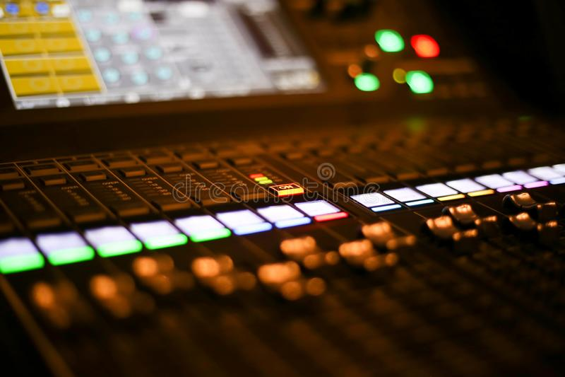 Wyposażenie dla rozsądnego melanżeru kontrola w pracownianym staci telewizyjnej, audio i wideo produkci Switcher telewizi transmi zdjęcia stock