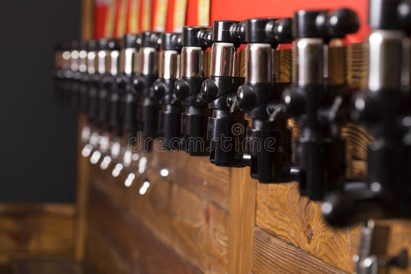 Wyposażenie dla butelkować piwo w sklepie obraz royalty free