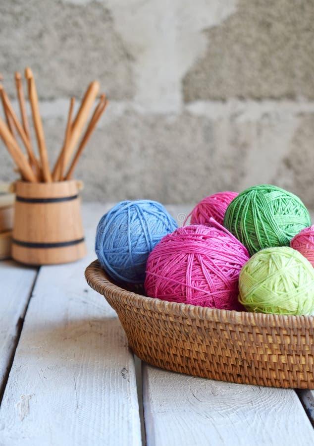 Wyposażenie dla dziać i szydełkowy haczyka, kolorowej tęczy bawełniana przędza, piłka nici, wełna Handmade szyde?kowa? rzemios?a  obrazy royalty free