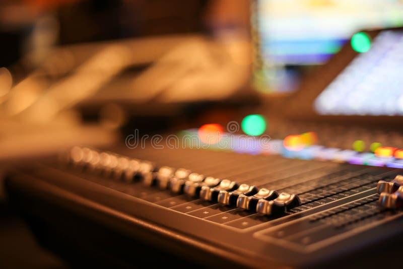 Wyposażenie dla rozsądnego melanżeru kontrola w pracownianej staci telewizyjnej, audio a zdjęcie stock