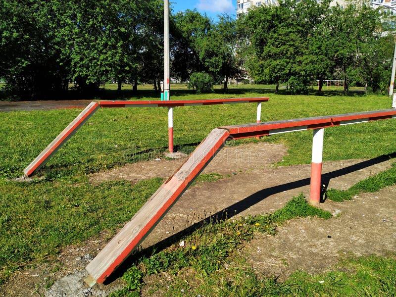 Wyposażenie dla sport aktywność, bela drewno Pogodny letni dzień przeciw zielonym drzewom i trawie, obraz stock