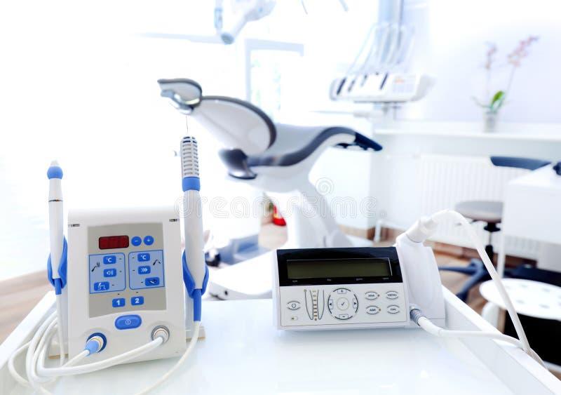 Wyposażenie i stomatologiczni instrumenty w dentysty biurze dentyści zdjęcie stock