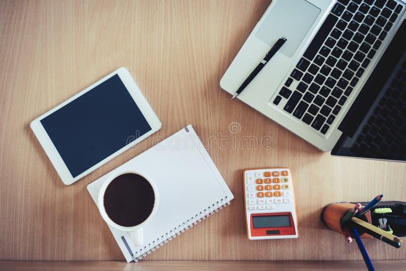 Wyposażenie na biurku w biura i kopii przestrzeni zdjęcia royalty free