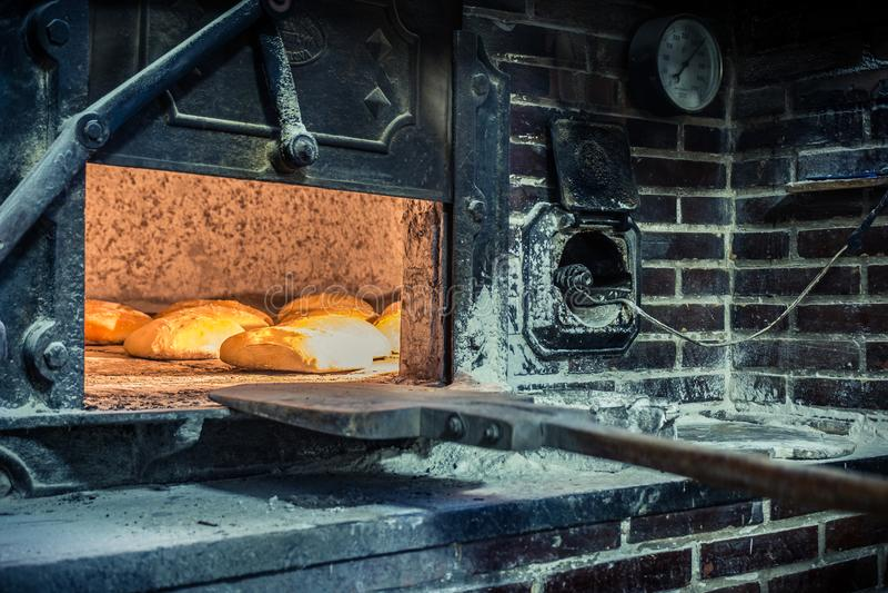 Wypracowanie chleb w tradycyjnym drewnianym piekarniku obraz royalty free