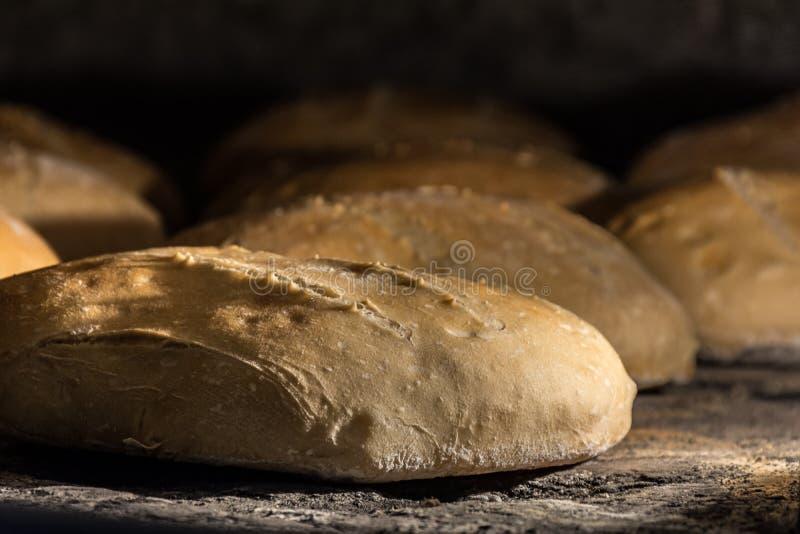 Wypracowanie chleb w tradycyjnym drewnianym piekarniku zdjęcie royalty free