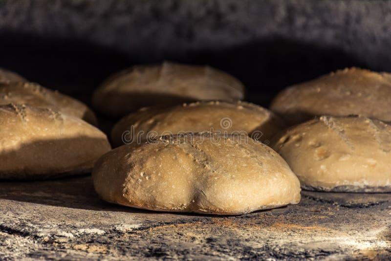 Wypracowanie chleb w tradycyjnym drewnianym piekarniku zdjęcia royalty free