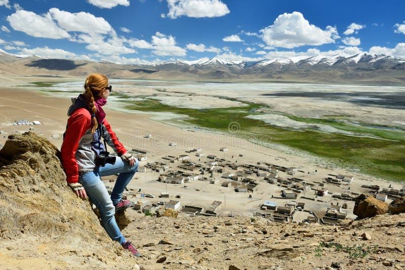 Wyprawa cultic Królewski Enfield motocykl wzdłuż roadless obszaru Karakoram gór zdjęcia stock