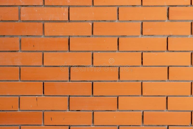 Wyrównuje deseniową czerwonego koloru ściany z cegieł staranną powierzchnię obraz royalty free