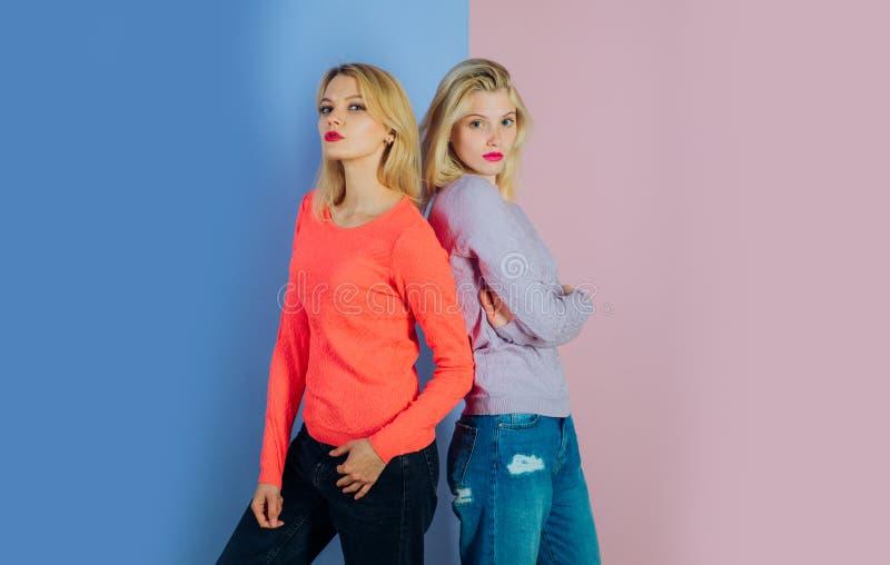 Wyrażać ich potrzebę dla indywidualności w kolorze Mody i splendoru spojrzenie moda modele Seksowny kobiety noszą modny zdjęcie royalty free