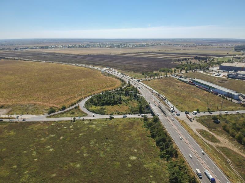 Wyraża drogowego złącze blisko Ploiesti, Rumunia, widok z lotu ptaka obraz stock