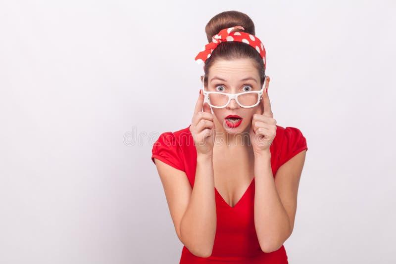 Wyrażeniowej niespodzianki piękna kobieta z szokującą twarzą w sukni, obraz royalty free