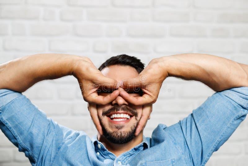Wyrazy Twarzy Młody broda mężczyzna Na ściana z cegieł fotografia royalty free