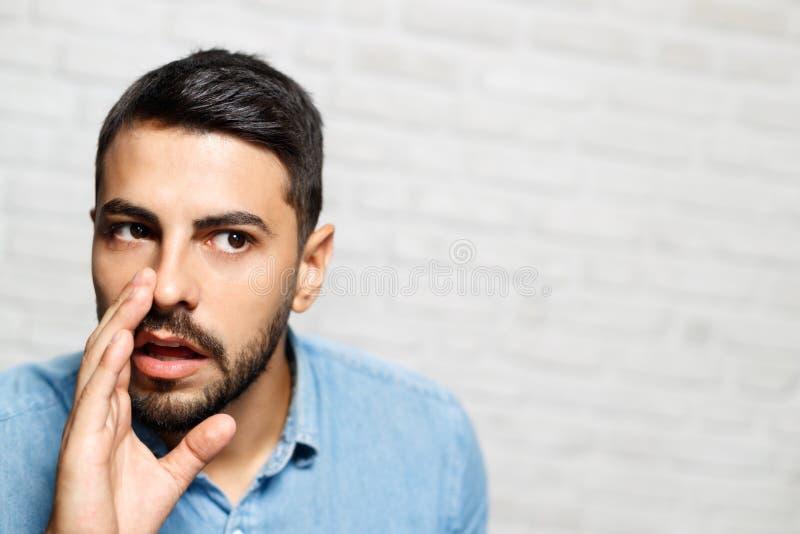 Wyrazy Twarzy Młody broda mężczyzna Na ściana z cegieł obraz stock