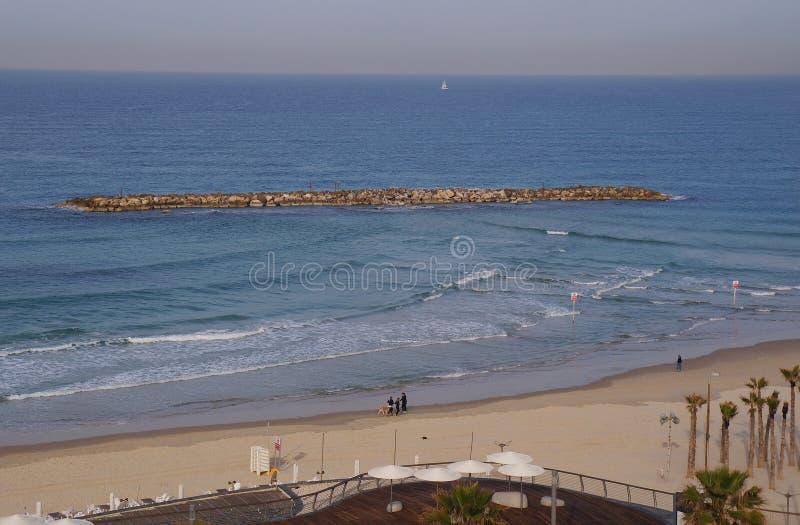 Wyrzucać na brzeg blisko dennego i turystycznego deptaka w Tel Aviv obraz stock