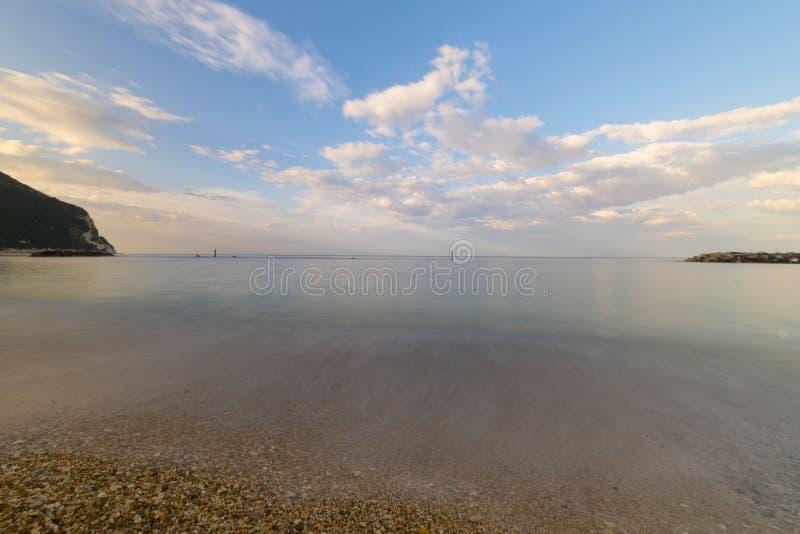 Download Wyrzucać Na Brzeg Blisko Numana Przy Zmierzchem, Conero, Marche, Włochy Zdjęcie Stock - Obraz złożonej z morze, woda: 53792424