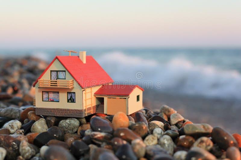 wyrzucać na brzeg garażu domu modela kamienistego zdjęcie royalty free