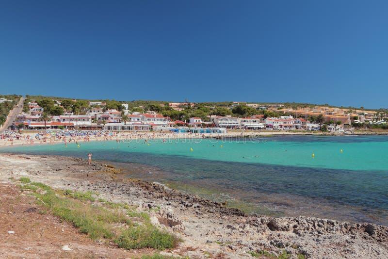 Wyrzucać na brzeg i ucieka się na dennym wybrzeżu Punta Prima, Minorca, Hiszpania zdjęcia royalty free