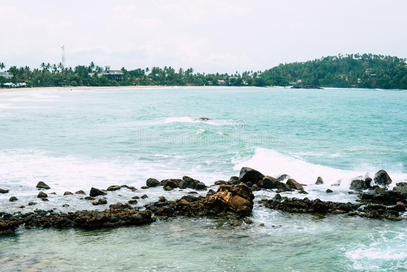 Wyrzucać na brzeg na Mirirsa Sri Lanka z gubernatorów biurami fotografia stock