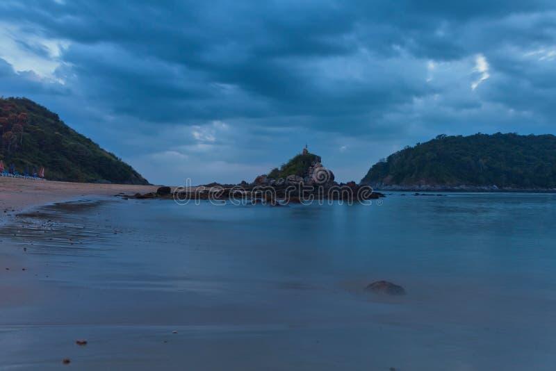 wyrzucać na brzeg noc tropikalną fotografia stock