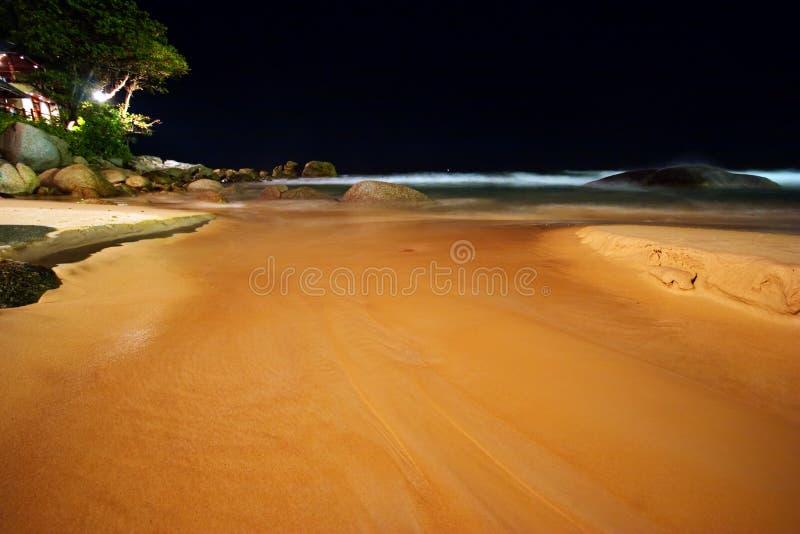 wyrzucać na brzeg noc tropikalną zdjęcia stock