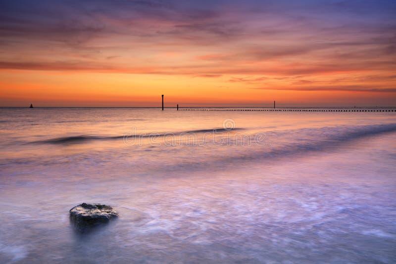 Wyrzucać na brzeg przy zmierzchem w Zeeland holandie fotografia royalty free