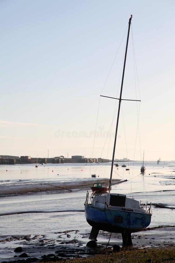 wyrzucać na brzeg samotny jacht obrazy royalty free