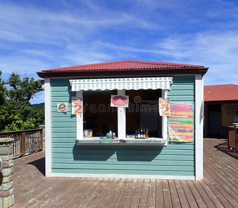 Wyrzucać na brzeg USA Dziewicze wyspy mały sklep, miękcy napoje, piwo i koktajle przy Coki kupować wodny mogą dokąd turyści obrazy royalty free