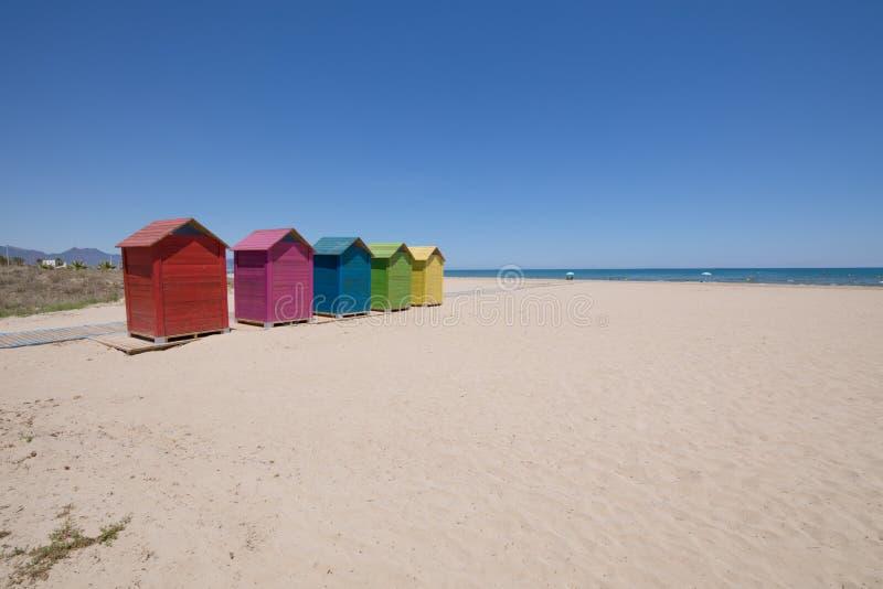 Wyrzucać na brzeg w Grao Castellon z barwionymi kąpanie kabinami fotografia stock