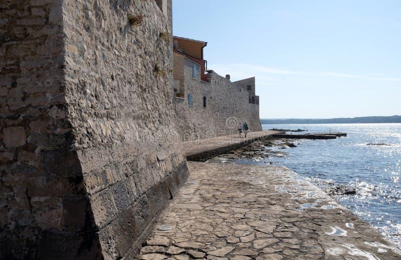 Wyrzucać na brzeg w małym idyllicznym mieście Novigrad lokalizować na zachodnim wybrzeżu Istria półwysep, Chorwacja fotografia stock