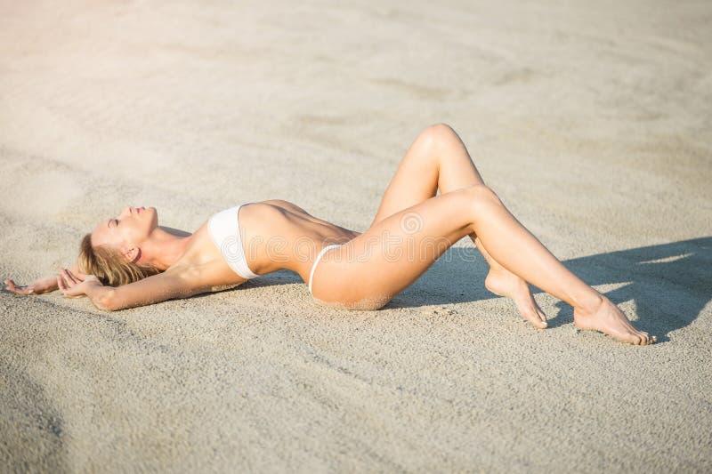Wyrzucać na brzeg wakacje Piękna młoda kobieta w słońca kapeluszowy relaksować na obrazy stock