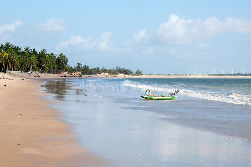 Wyrzucać na brzeg z łodzią przy niskim przypływem, Pititinga, Natal (Brazylia) obraz stock