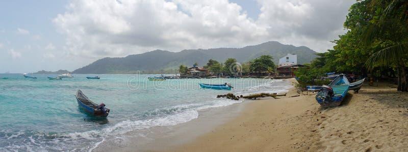 Wyrzucać na brzeg z łodziami w Capurganà ¡, Kolumbia fotografia royalty free