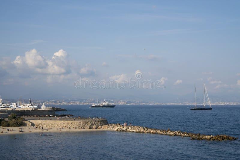 Wyrzucać na brzeg z ludźmi na morzu śródziemnomorskim w Antibes, francuz Ri fotografia royalty free