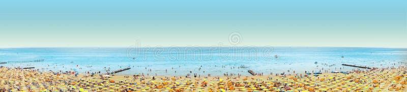 wyrzucać na brzeg z parasolem i ludźmi na niebieskim niebie, sztandar obrazy royalty free