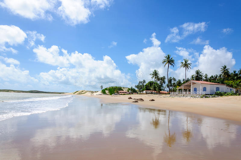Wyrzucać na brzeg z piasek diunami i domem, Pititinga, Natal (Brazylia) obraz stock