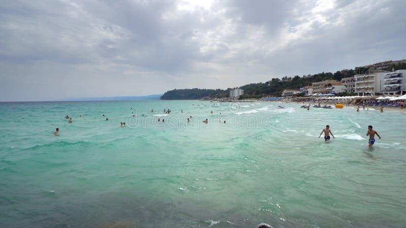 Wyrzucać na brzeg z turystą na plaży w Kalitea, Grecja obrazy royalty free